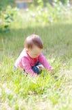 使用在草的婴孩在夏天 图库摄影