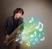 使用在萨克斯管的年轻音乐家,当音符explodin时 库存照片