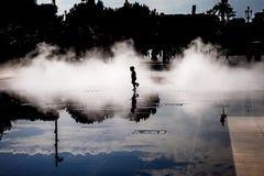 使用在薄雾的孩子 免版税库存照片