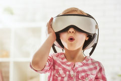 使用在虚拟现实玻璃的女孩 免版税库存照片