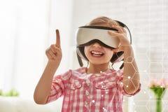 使用在虚拟现实玻璃的女孩 库存照片