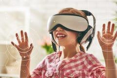 使用在虚拟现实玻璃的女孩 库存图片