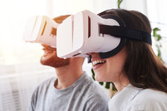 使用在虚拟现实玻璃的妻子和丈夫 免版税库存图片