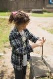 使用在街道上的女孩一个夏天在村庄 免版税库存照片