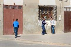使用在街道上的孩子在索维拉麦地那  摩洛哥 免版税图库摄影