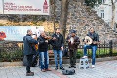 使用在街道上的小组音乐家在伊斯坦布尔 火鸡 免版税库存图片