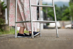 使用在街道上的资深妇女一个步行者 免版税库存图片