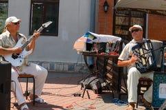 使用在街道的两位音乐家 图库摄影