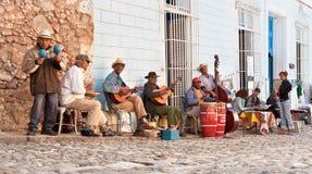 使用在街道的传统音乐家在特立尼达,古巴。 库存图片