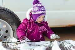 使用在街道的小女孩在冬天 免版税库存照片