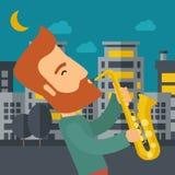 使用在街道的萨克斯管吹奏者在晚上 库存图片