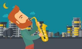 使用在街道的萨克斯管吹奏者在晚上 免版税库存照片