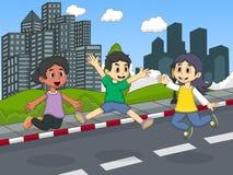 使用在街道跳跃和笑的动画片的孩子 免版税库存照片