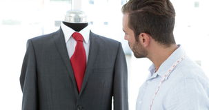 使用在衣服旁边的英俊的裁缝片剂在时装模特 股票录像