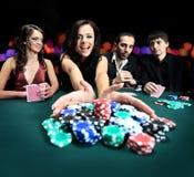 使用在赌博娱乐场的美丽的妇女 免版税库存照片