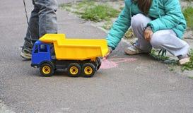 使用在路面的孩子 免版税库存图片
