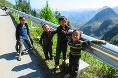 使用在路,河江市,北越南的小组孩子 库存照片