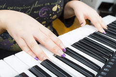 使用在钢琴的妇女 免版税库存图片
