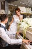 使用在钢琴的婚礼夫妇 免版税库存图片