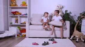 使用在长沙发的孩子 股票录像