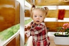 使用在阳台的小女孩 免版税图库摄影