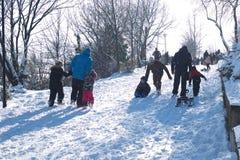 使用在雪的人们 免版税库存图片