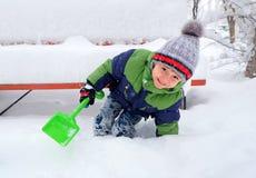 使用在雪的小男孩在一个冬日 免版税库存图片