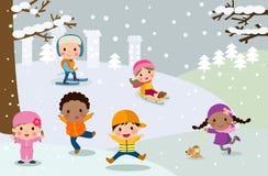 使用在雪的小组孩子 免版税库存照片