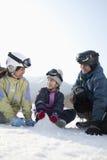 使用在雪的愉快的家庭 免版税图库摄影