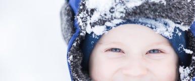 使用在雪的愉快的白种人孩子 免版税库存照片