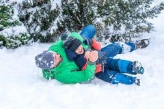 使用在雪的父亲和儿子 免版税库存照片