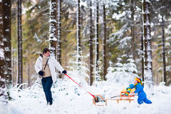 使用在雪的父亲和孩子 免版税库存图片