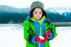 使用在雪的年轻男孩 免版税库存图片