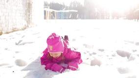 使用在雪,孩子的女孩享受一个晴朗的冬日 股票视频