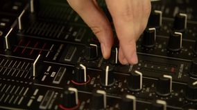 使用在音乐搅拌器的DJ 黑音乐混合的控制台 ?? 股票视频