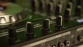 使用在音乐搅拌器的DJ 黑音乐混合的控制台 ?? 影视素材
