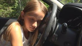 使用在驾车的孩子假装,在汽车的孩子冒险,女孩睡觉 免版税库存照片