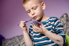 使用在鸡蛋和他自己的男孩画象水colores 图库摄影