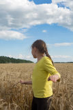 使用在麦子的小女孩 柔和的晴天 库存图片