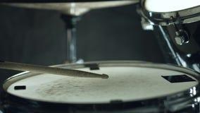 使用在鼓的爵士乐鼓手设置在黑背景隔绝的音乐会 股票视频