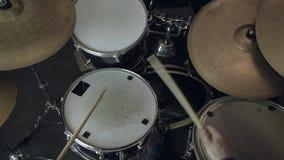 使用在鼓的爵士乐鼓手 慢动作 关闭射击 股票视频