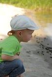 使用在水中的红色头发男孩 免版税库存照片