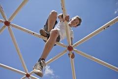 使用在猴子栏杆的孩子 免版税库存图片