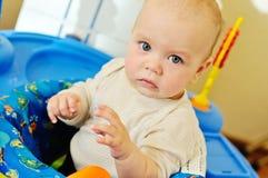 使用在婴孩套头衫的婴孩 免版税库存照片