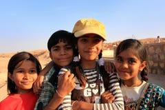 使用在水库, Khichan villag附近的小组地方孩子 库存图片