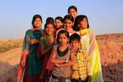 使用在水库, Khichan villag附近的小组地方孩子 图库摄影