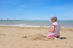 使用在3月Menor海滩的小女孩 免版税库存照片