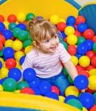 使用在水池球的小女孩 免版税库存图片