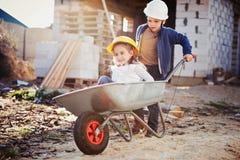 使用在建造场所的男孩和女孩 免版税库存图片