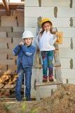 使用在建造场所的男孩和女孩 免版税库存照片